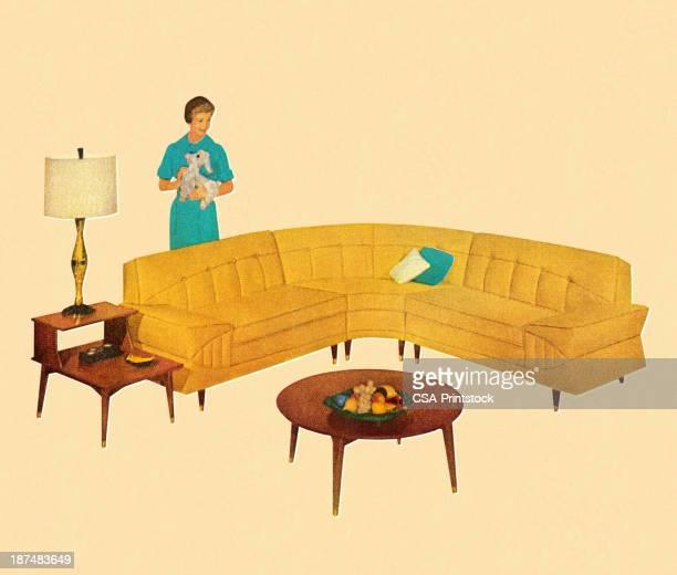 女性のソファーの後ろに曲線を描く黄色 - キッチュ点のイラスト素材/クリップアート素材/マンガ素材/アイコン素材