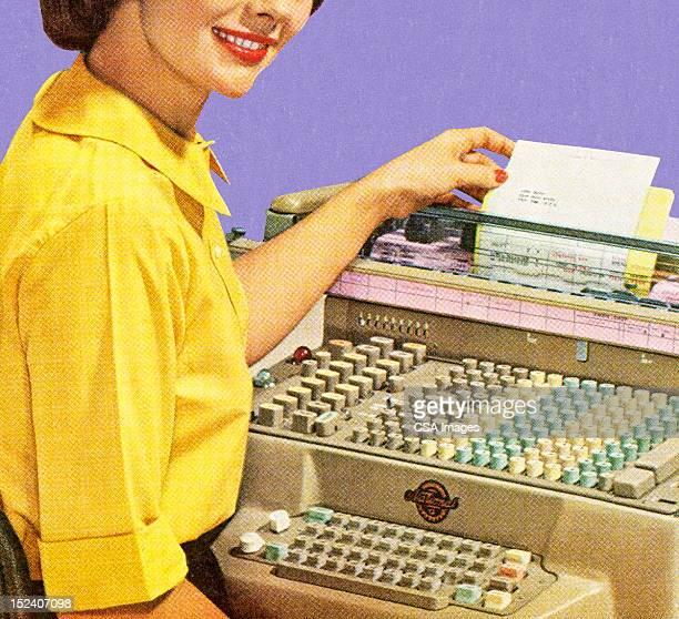 女性のオフィス機器を使用して