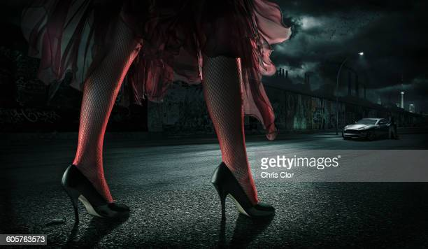 illustrations, cliparts, dessins animés et icônes de woman wearing high heels on street at night - talons hauts