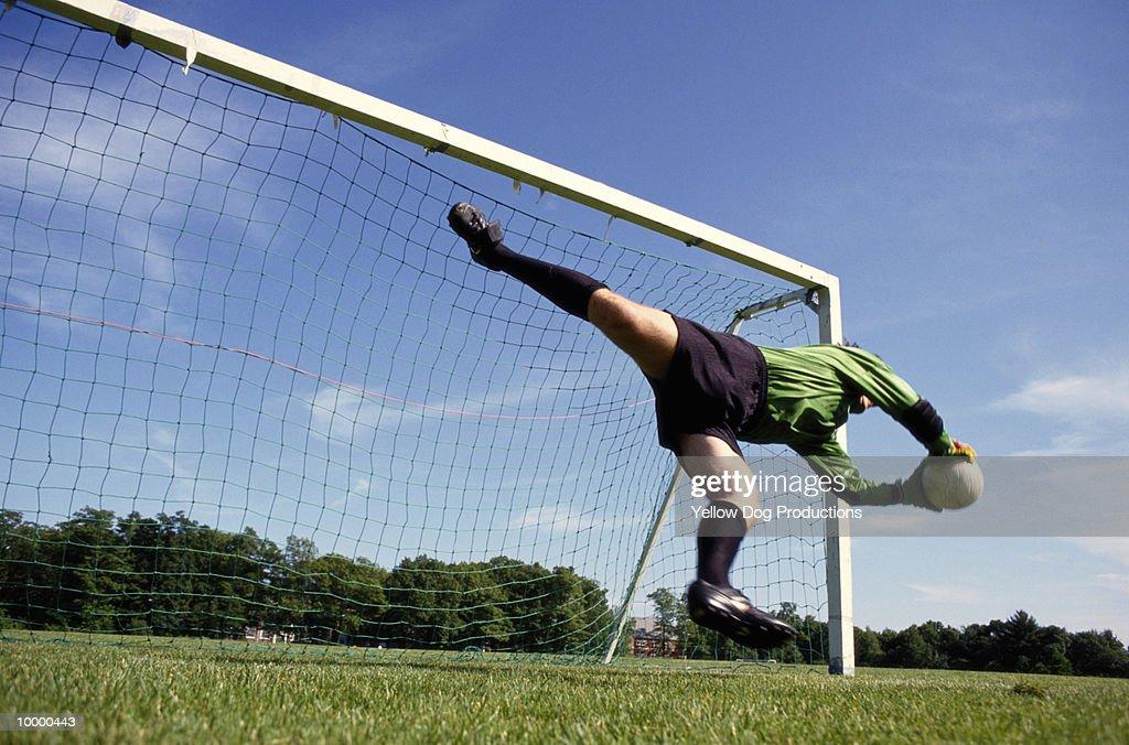 GOALIE DIVING FOR SOCCER BALL : Foto de stock