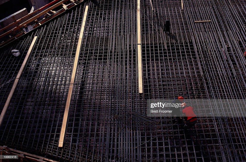 CONSTRUCTION WORKERS ON STEEL REBAR GRID : Foto de stock