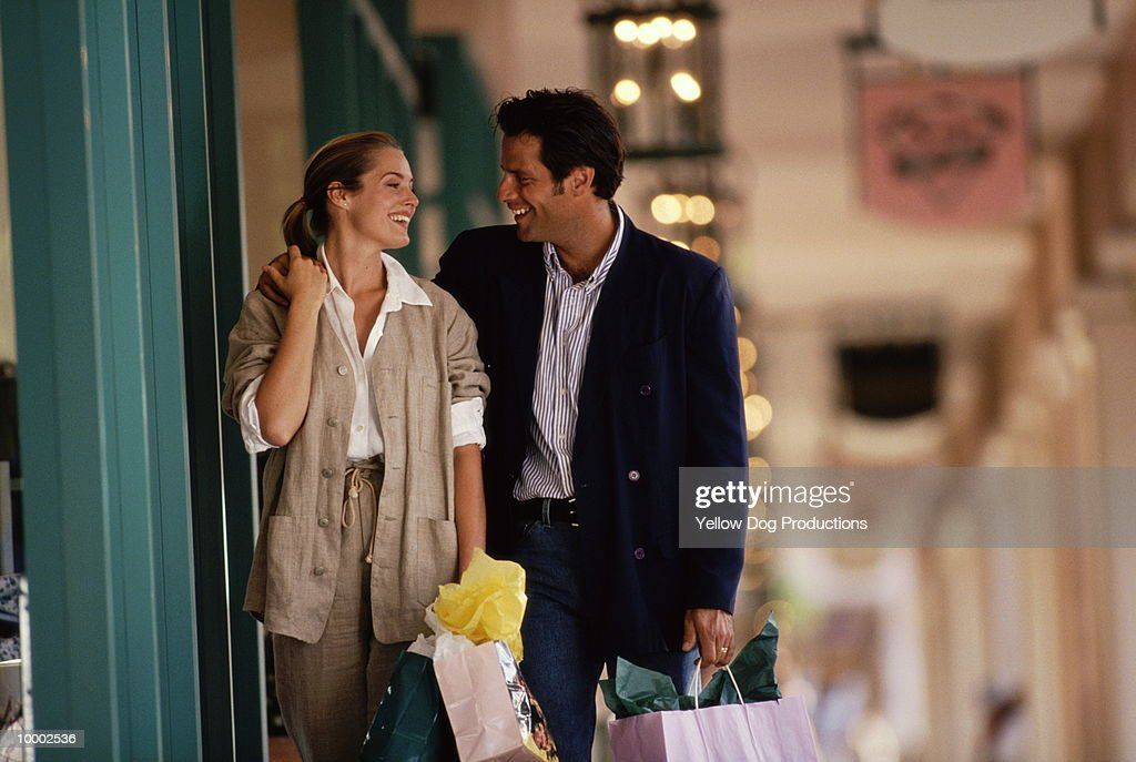 COUPLE WITH SHOPPING BAGS : Bildbanksbilder
