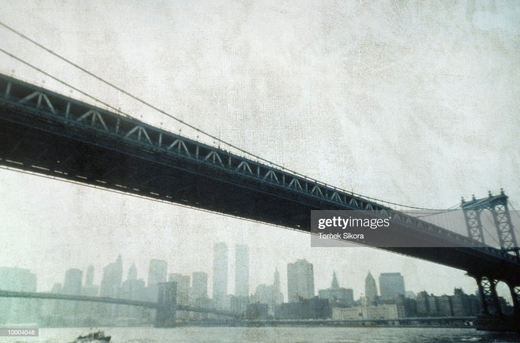 BRIDGES & SKYLINE IN NEW YORK : Stock Photo