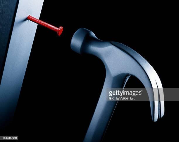 hammer pounding red nail - prego - fotografias e filmes do acervo