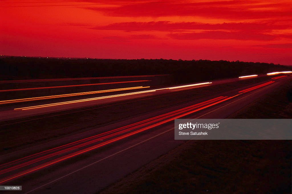 INTERSTATE FREEWAY AT NIGHT IN OKLAHOMA IN BLUR : Foto de stock