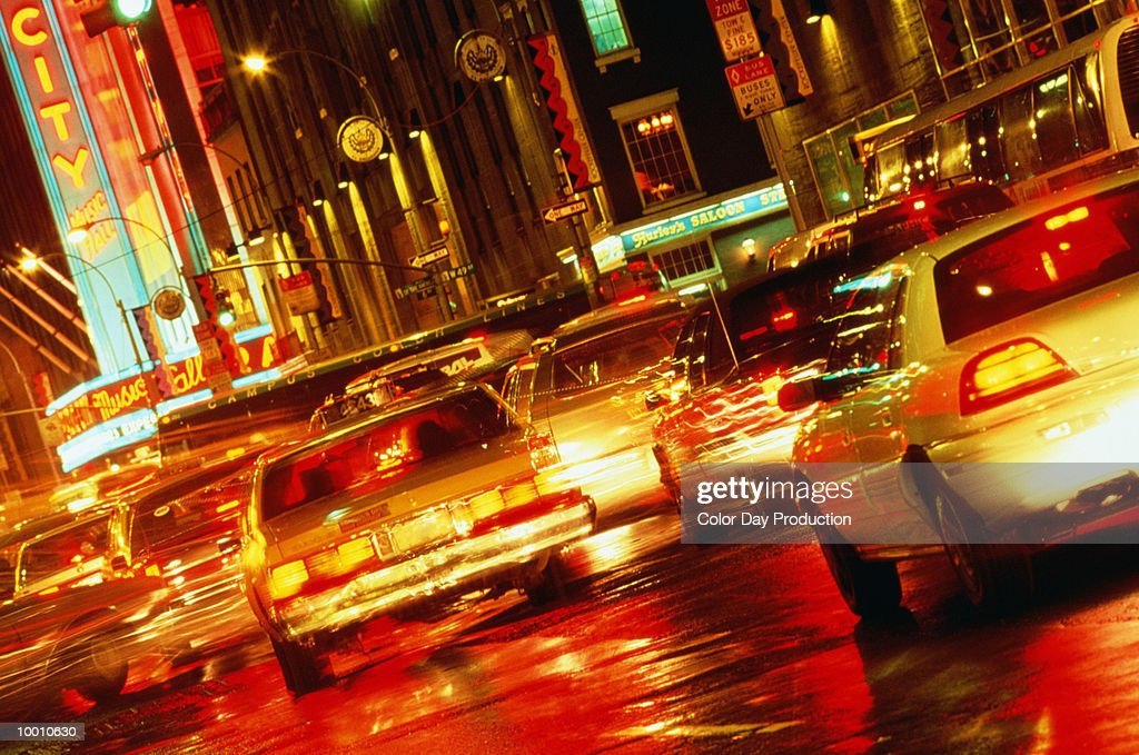 CITY TRAFFIC AT NIGHT IN NEW YORK IN BLUR : Foto de stock