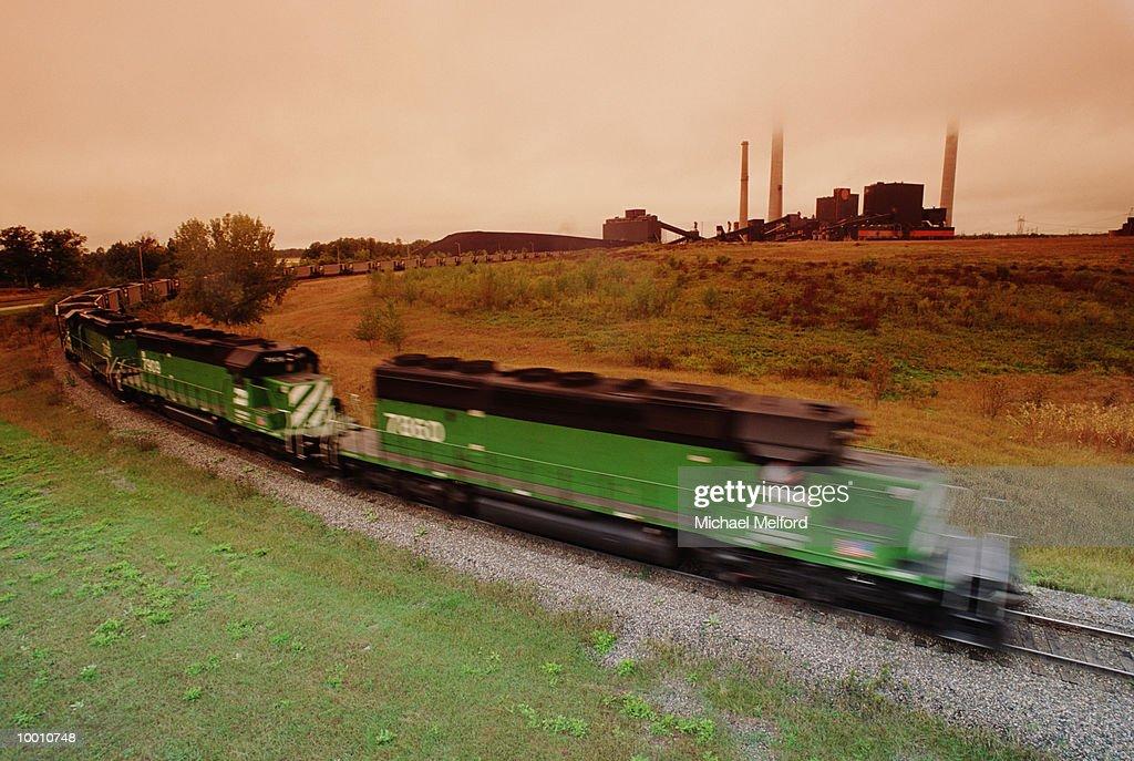 COAL TRANSPORT TRAIN TO POWER PLANT IUN MINNESOTA : Foto de stock