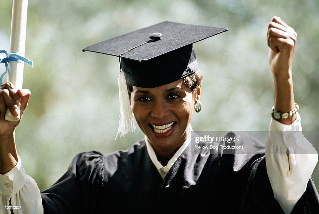BLACK FEMALE GRADUATE WITH DIPLOMA : Stock-Foto