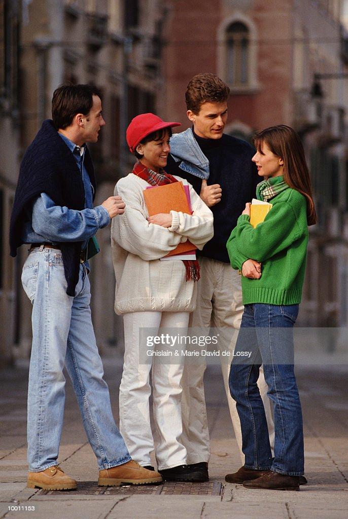 COLLEGE STUDENTS TALKING IN STREET : Foto de stock