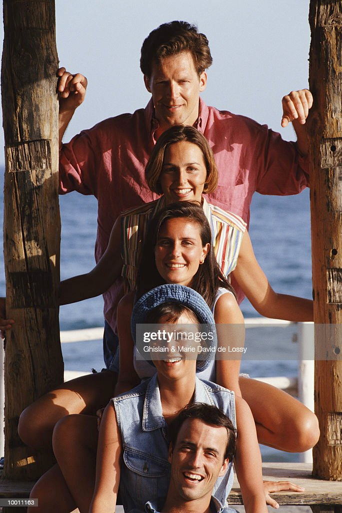 PEOPLE POSED AS TOTEM POLE ON PIER : Stock-Foto
