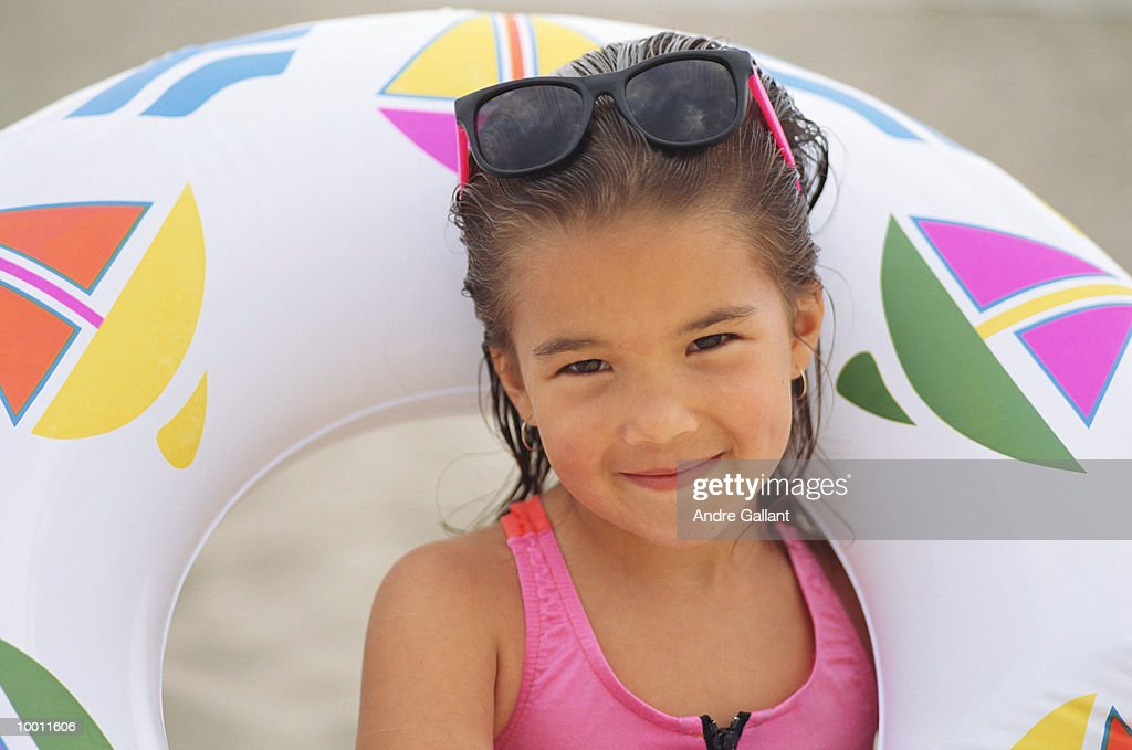 YOUNG GIRL WITH BEACH TUBE & SUNGLASSES : Foto de stock