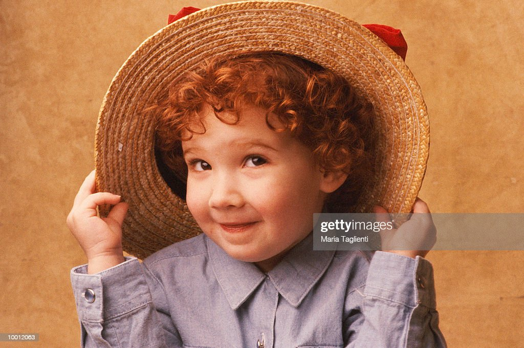 YOUNG REDHEADED GIRL WITH STRAW HAT : Foto de stock