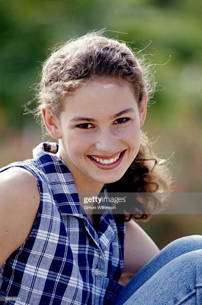 SMILING TEENAGE GIRL OUTDOORS : Foto de stock