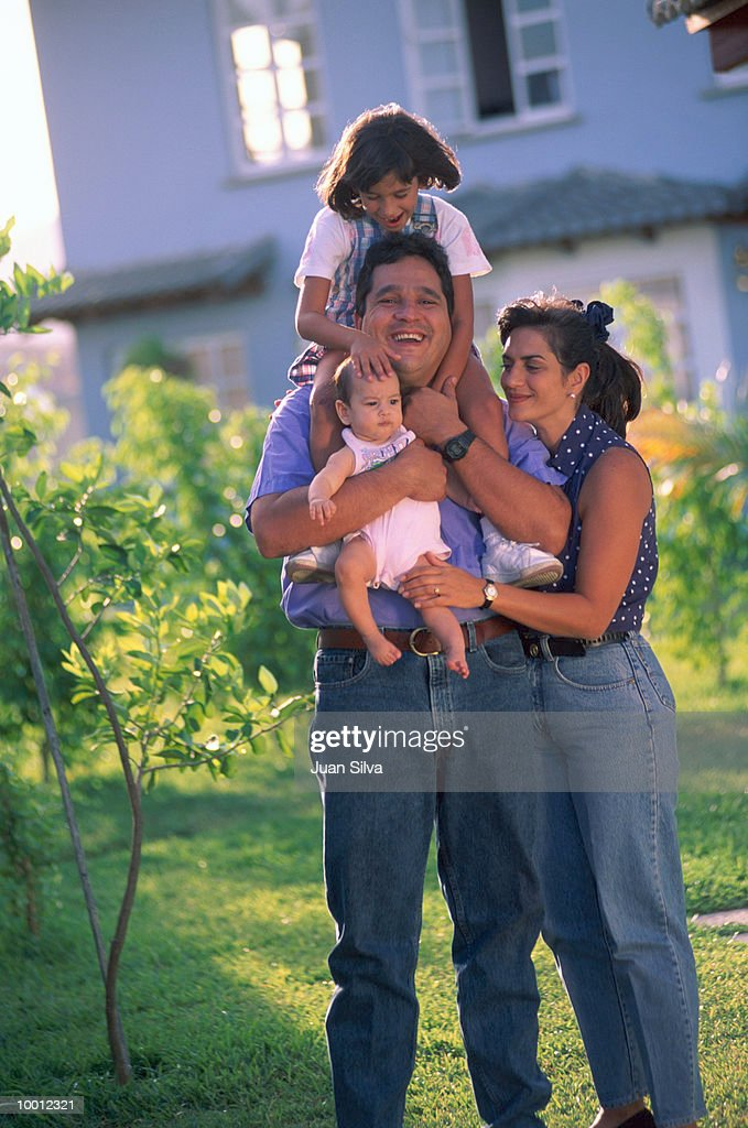CASUAL PORTRAIT OF A FAMILY OUTDOORS : Stock-Foto