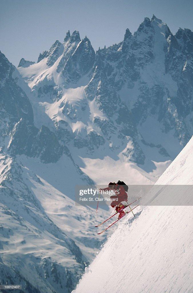 DOWNHILL SKIER IN FRANCE : Foto de stock