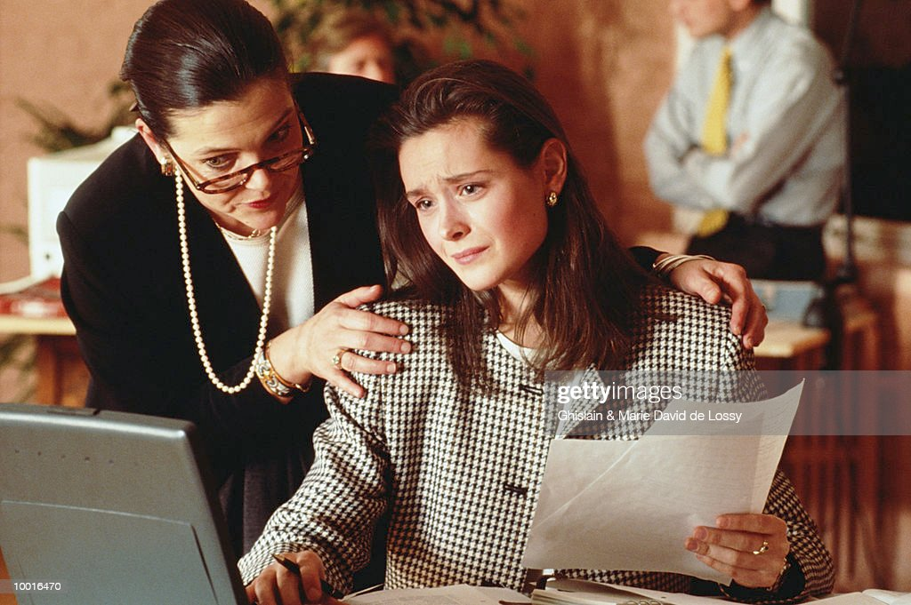 BUSINESSWOMAN CALMING WORKER : Bildbanksbilder