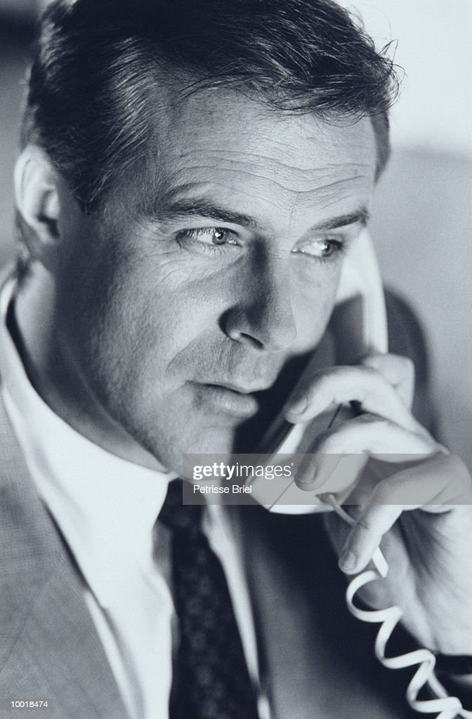BUSINESSMAN ON PHONE IN BLACK AND WHITE : Stockfoto