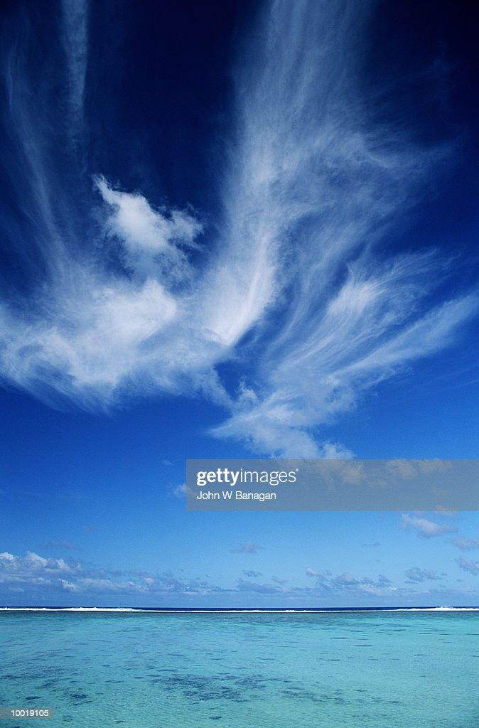 SKY & CORAL LAGOON IN RAROTONGA IN POLYNESIA : Stockfoto