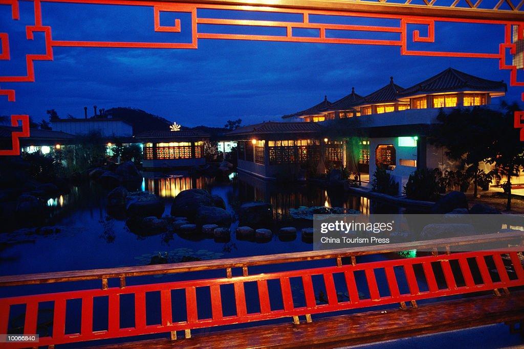 GARDEN IN HOTEL ZHUHAI, GUANGDONG PROVINCE, PEOPLES REPUBLIC OF CHINA : Stock-Foto