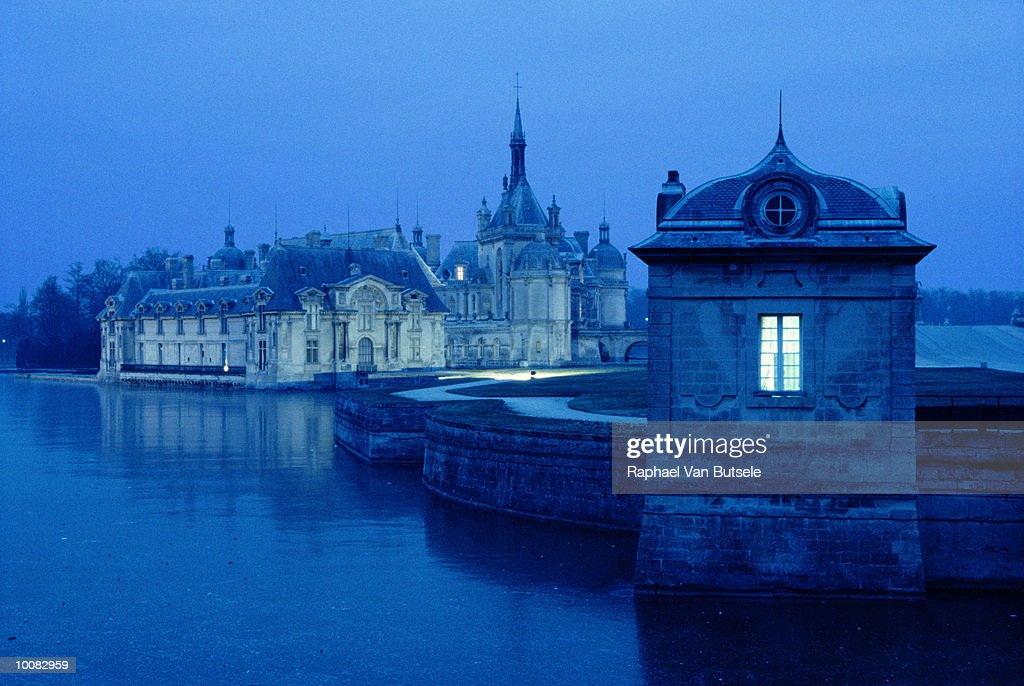 CASTLE OF CHANTILLY IN PICARDIE REGION, FRANCE : Stock Photo