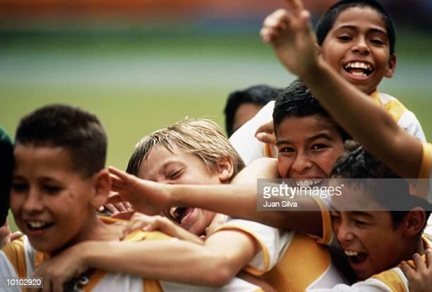 young soccer players celebrate, boys in venezuela - 足球 團體運動 個照片及圖片檔