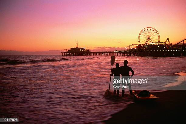 sea kayaking at santa monica pier, california, usa - santa monica stock-fotos und bilder