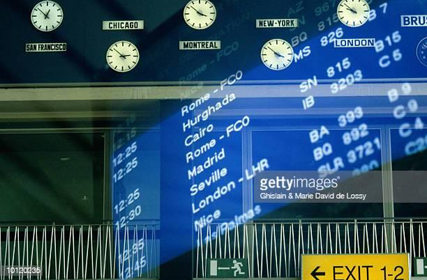 international airport montage - cambio horario fotografías e imágenes de stock