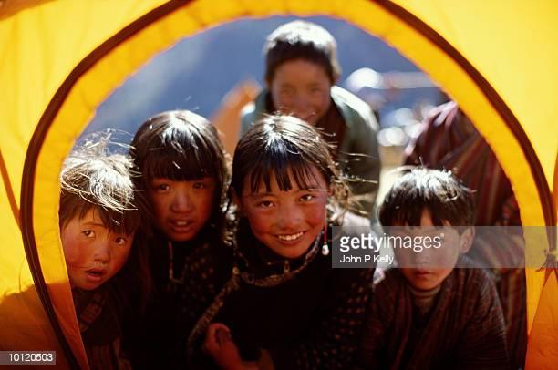 children peeking into tent in the morning in bhutan - ブータン ストックフォトと画像