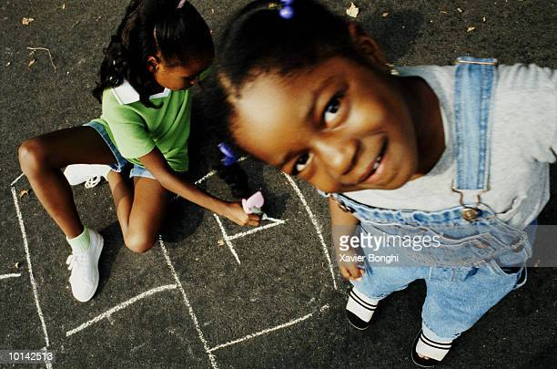 african american girls playing hopscotch - grand angle photos et images de collection