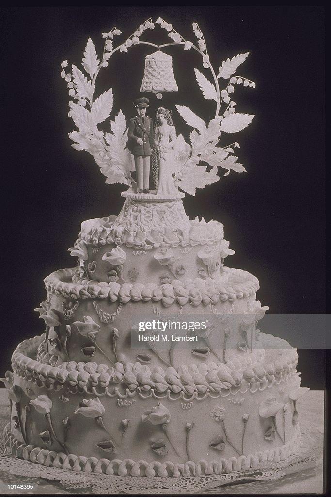THREE TIERED WEDDING CAKE, 1940S : News Photo