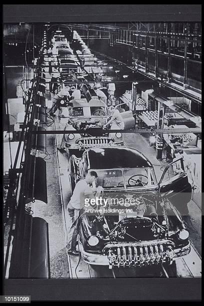 men working, 1950 buick special sedans - 20世紀 ストックフォトと画像