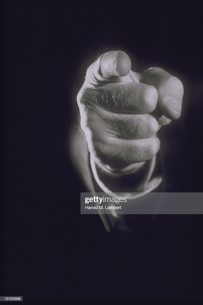 MANS FINGER POINTING DIRECTLY OUTWARD : Stockfoto