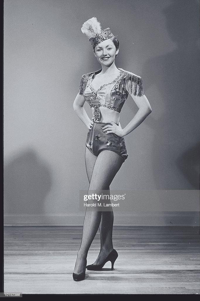 PORTRAIT OF A DANCER IN COSTUME, 1950S : Stockfoto