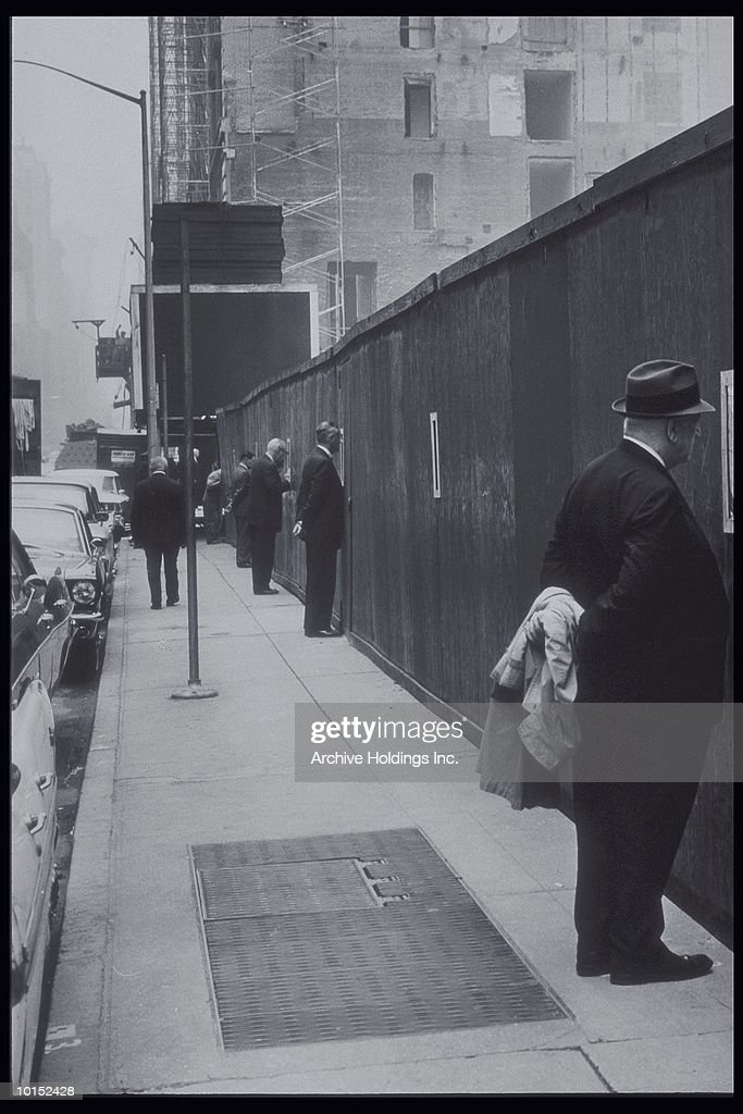 VIEWING CONSTRUCTION SITE, 50TH STREET, NEW YORK CITY : Stockfoto