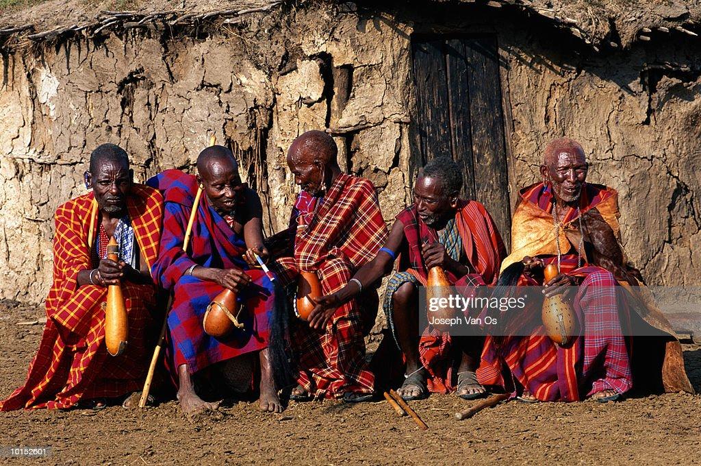 MASAI ELDERS DRINKNG HONEY BEER : Stockfoto