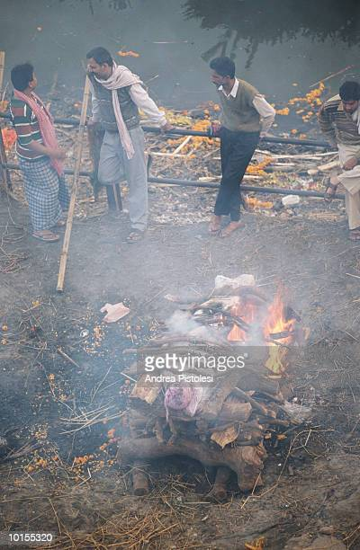 benares, india, cremation ceremony - cremation stock pictures, royalty-free photos & images