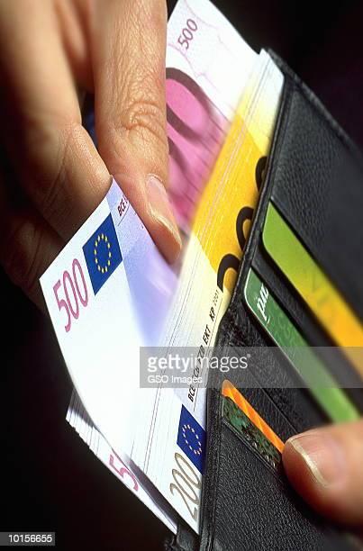 hand with wallet and euro banknotes - billete de banco de quinientos euros fotografías e imágenes de stock