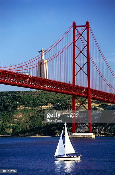 bridge of april 25, christo rei statue - statua di cristo re foto e immagini stock