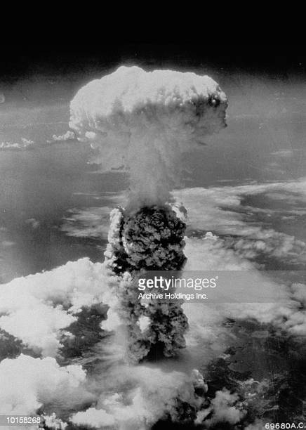 mushroom cloud above nagasaki, japan - prueba de armas nucleares fotografías e imágenes de stock