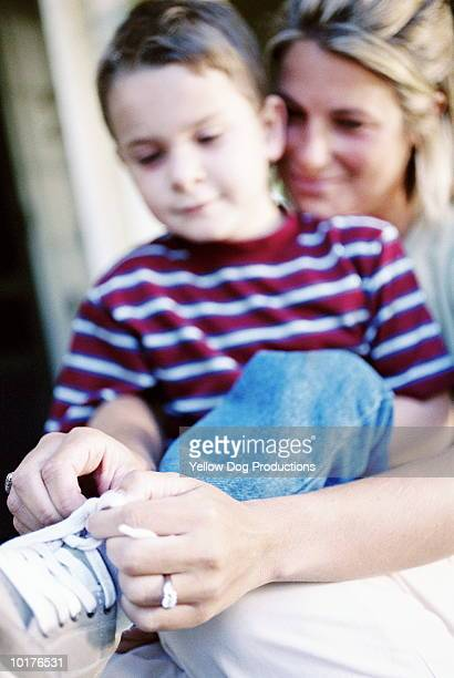 MOM TEACHING SON HOW TO TIE HIS SHOELACES