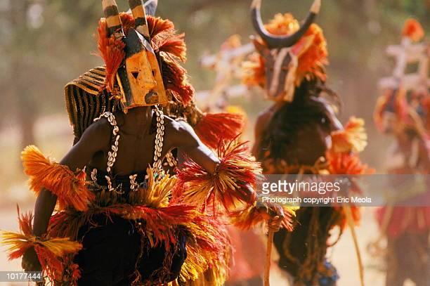 dogon male dancers, mali - feierliche veranstaltung stock-fotos und bilder