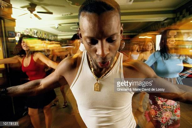 salsa class - danse latine photos et images de collection