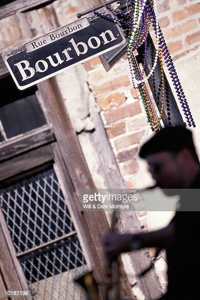 saxophone player on bourbon street - barrio francés fotografías e imágenes de stock