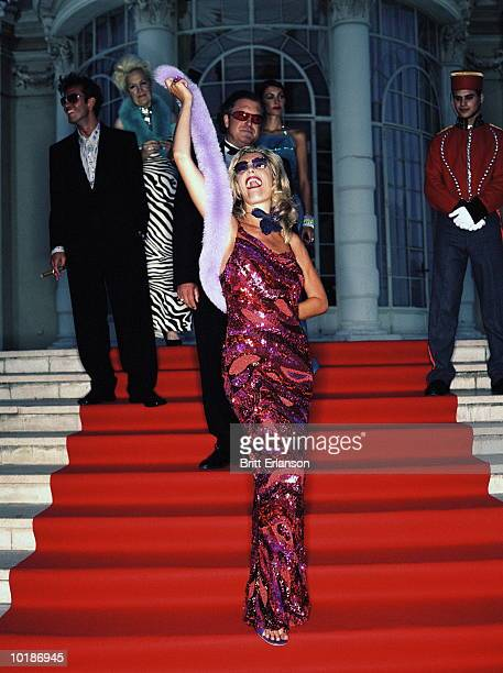 glamorous woman on red carpet - femme glamour photos et images de collection