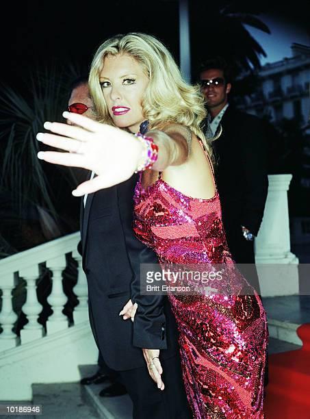 glamorous woman with hand to camera, portrait - berühmtheit stock-fotos und bilder