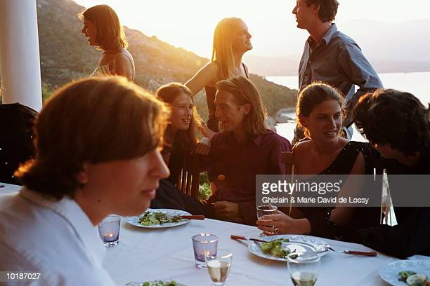 group of young people dining - corse photos et images de collection