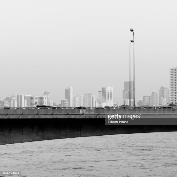 タイ王国、バンコクのチャオプラヤ川とアーチ橋と街並み