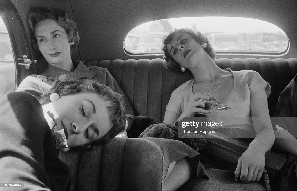 Weary Passengers : News Photo