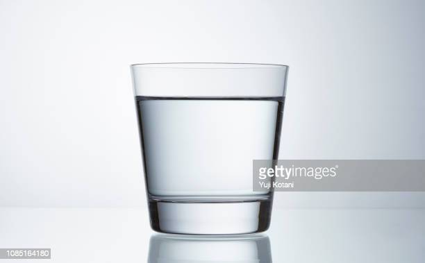 グラスに水を注ぐ - drinking glass stock pictures, royalty-free photos & images