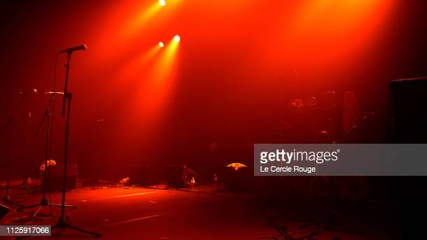 red stage in paris - concert photos et images de collection